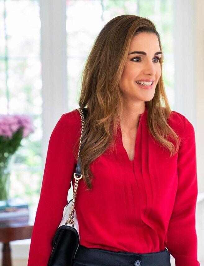 Королева Рания в красном наряде.