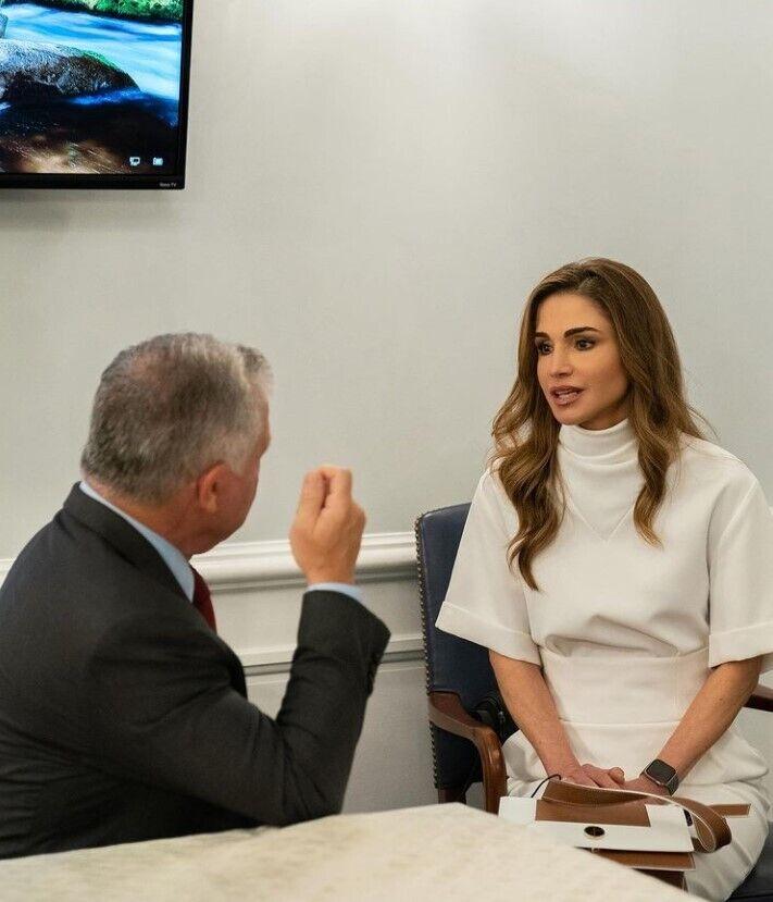 Королева Рания на деловой встрече.