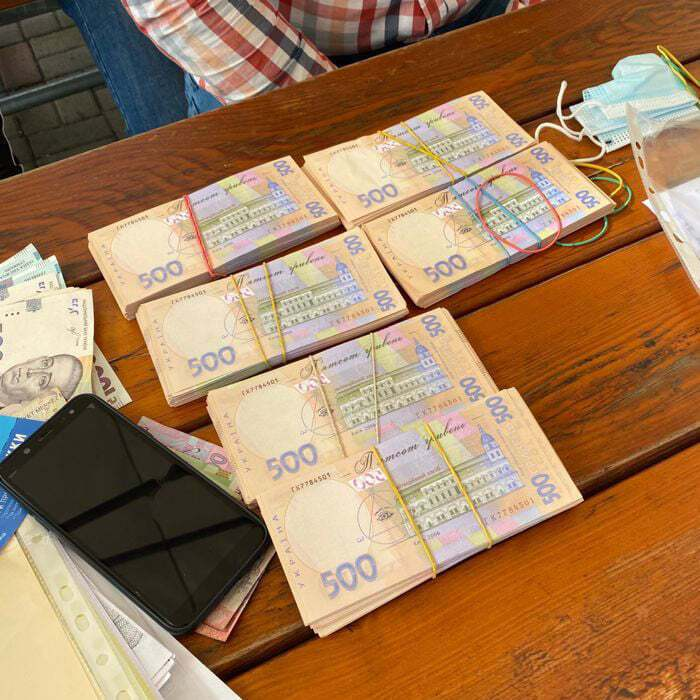Чиновника задержали при получении второй части взятки.