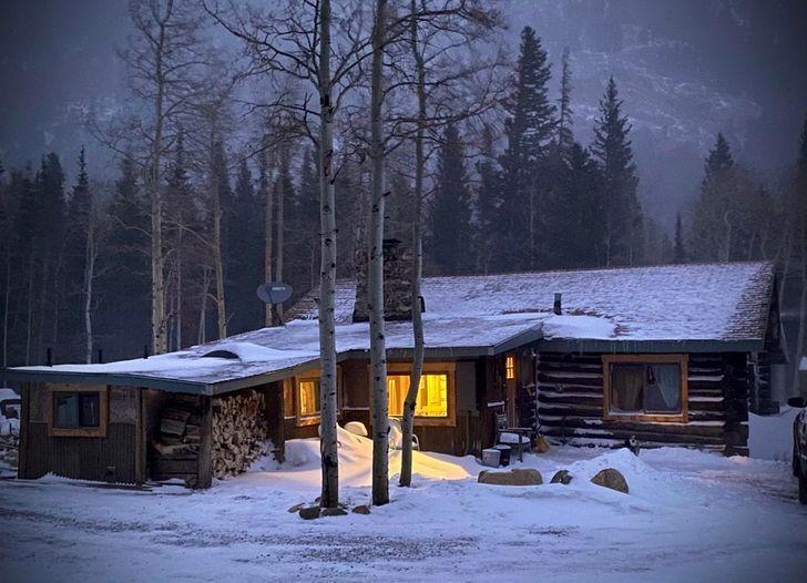 Уютный домик посреди горных склонов.