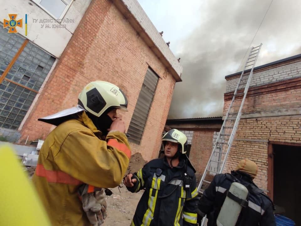 В Киеве на Куреневке горели склады.
