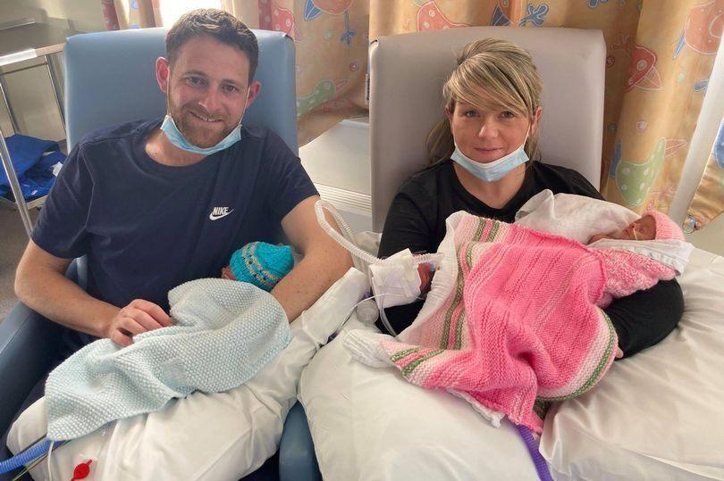 Джессика в больнице с детьми и мужем