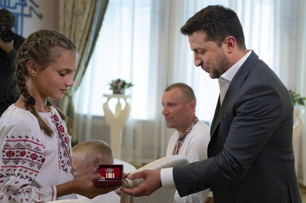 Зеленский вручил медаль 12-летней Тане