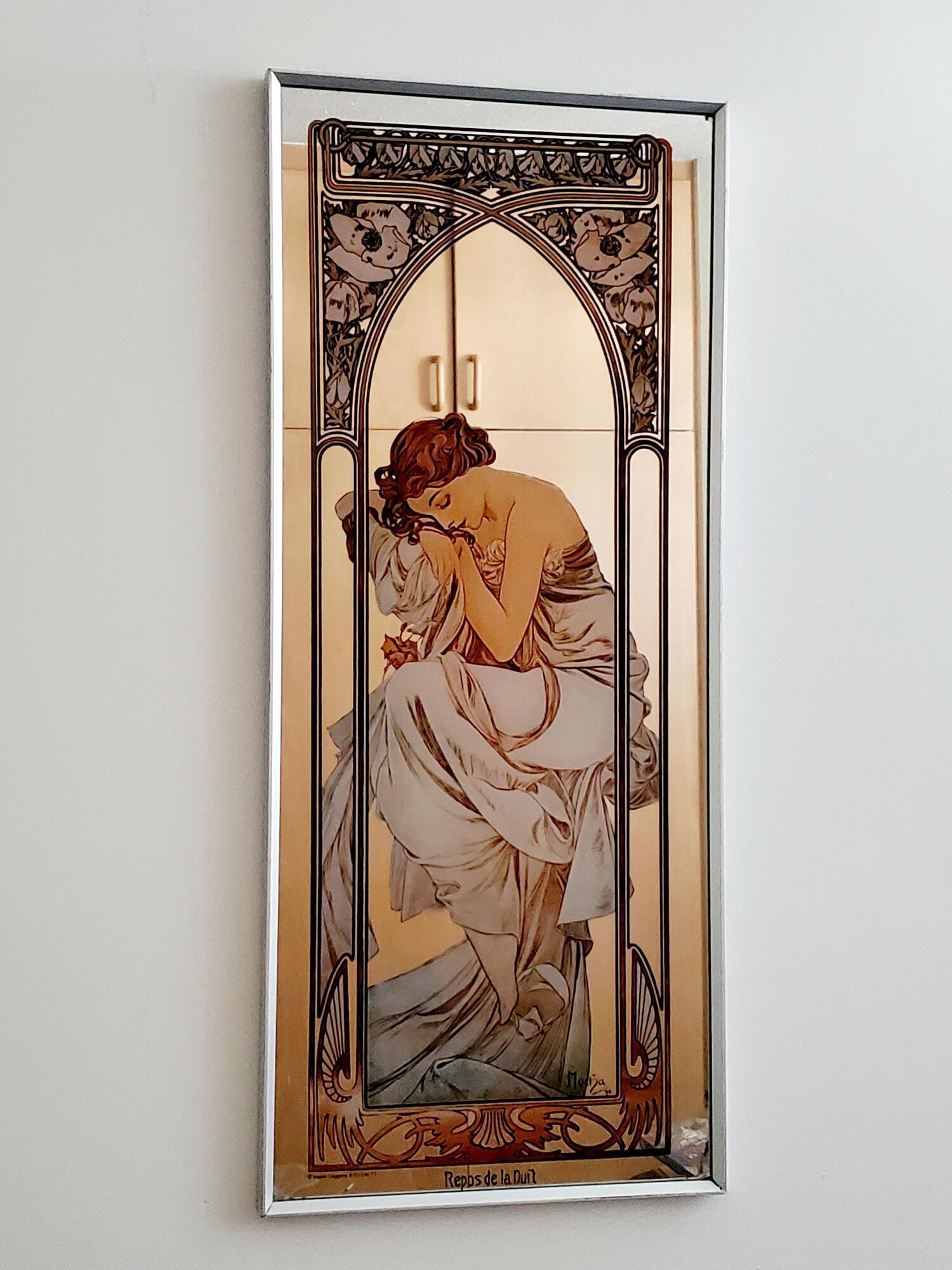 Зеркало с изображением чешского художника Альфонса Мухи.