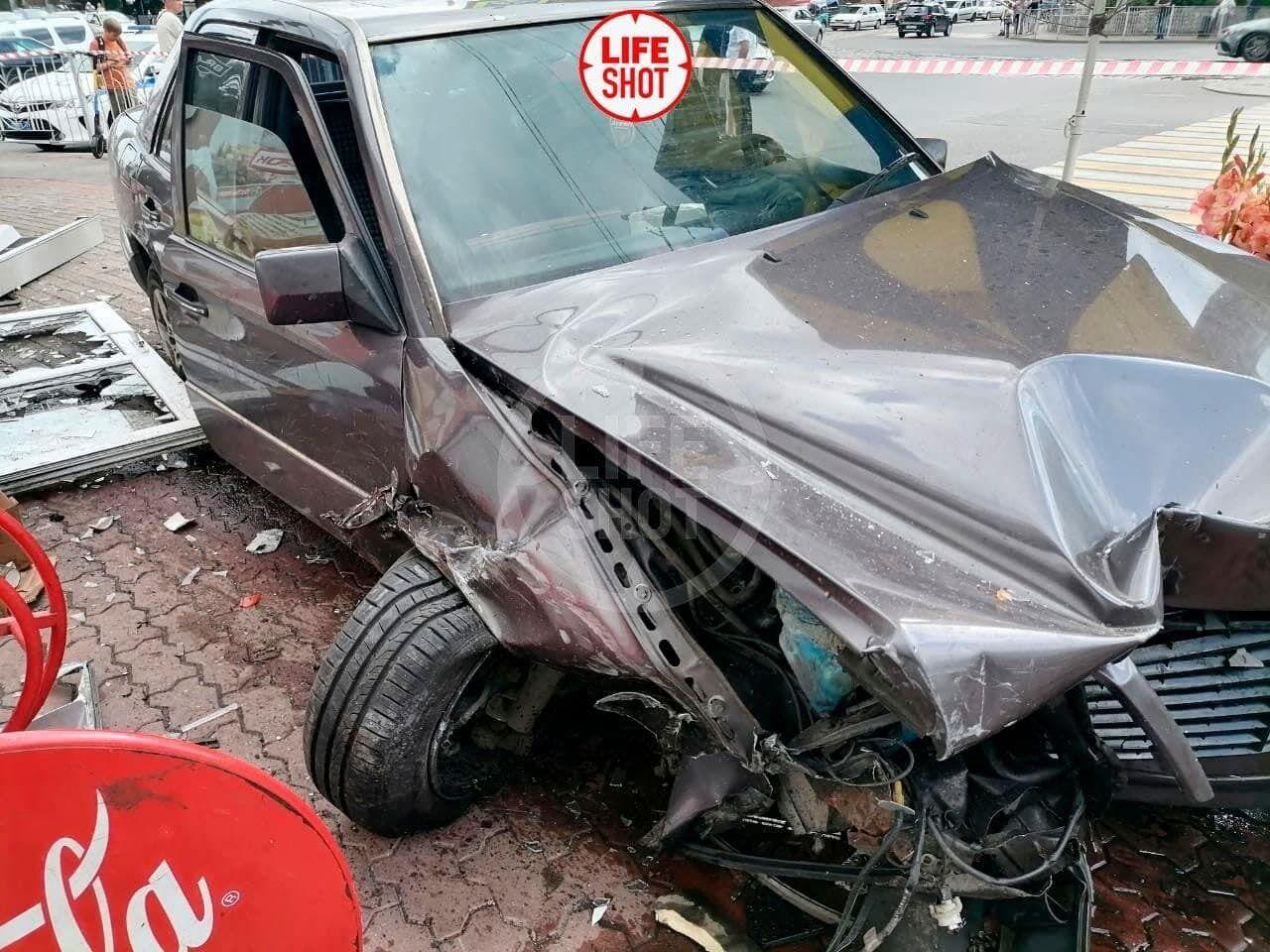 Автомобиль сбил нескольких человек возле рынка в Калининграде.
