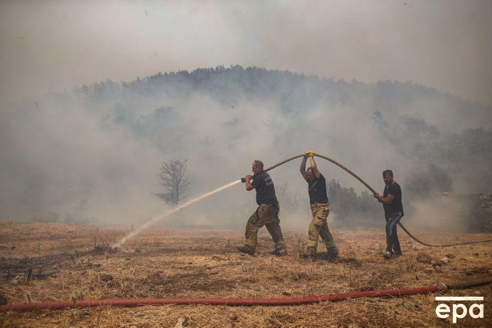 Рятувальники продовжують гасити вогонь.