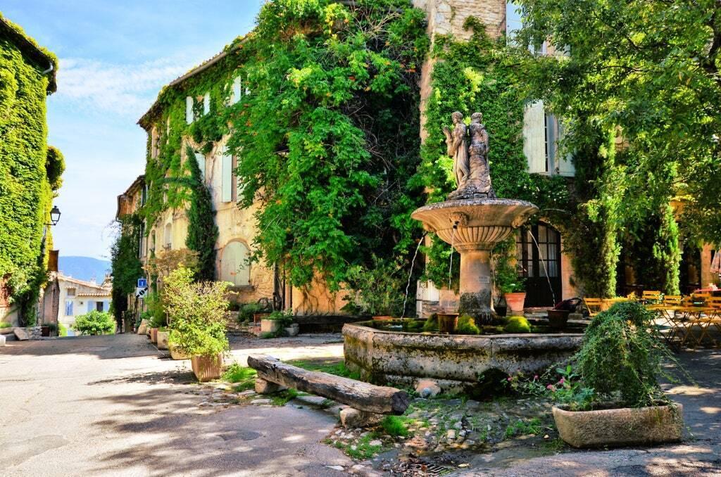 С конца июля 2021 украинцы могут путешествовать во Францию с туристической целью