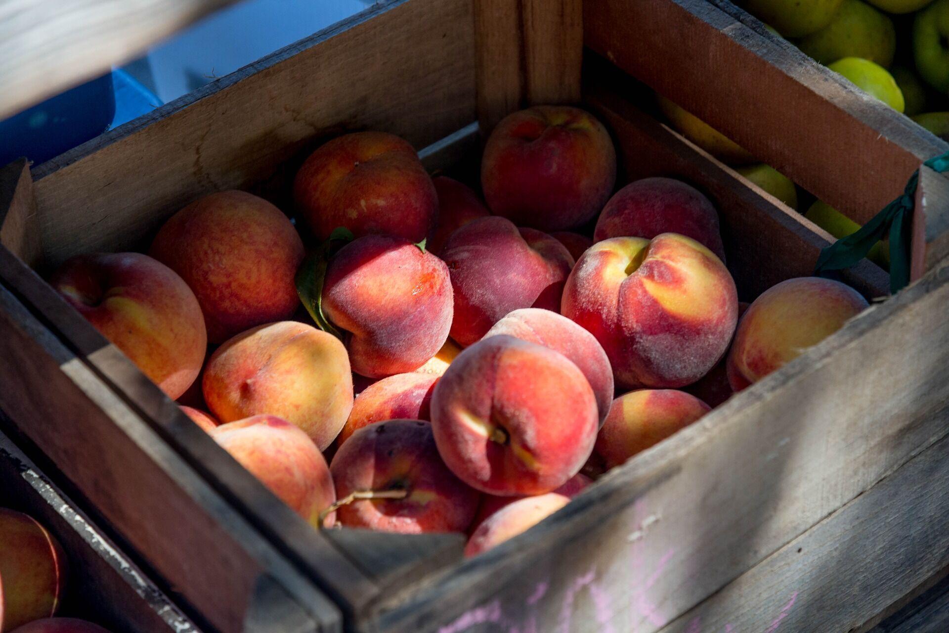 Стиглі персики завжди мають дуже приємний запах