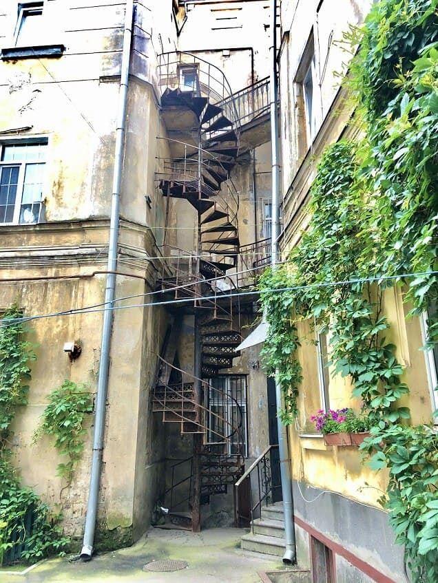 Круговая лестница во дворике.