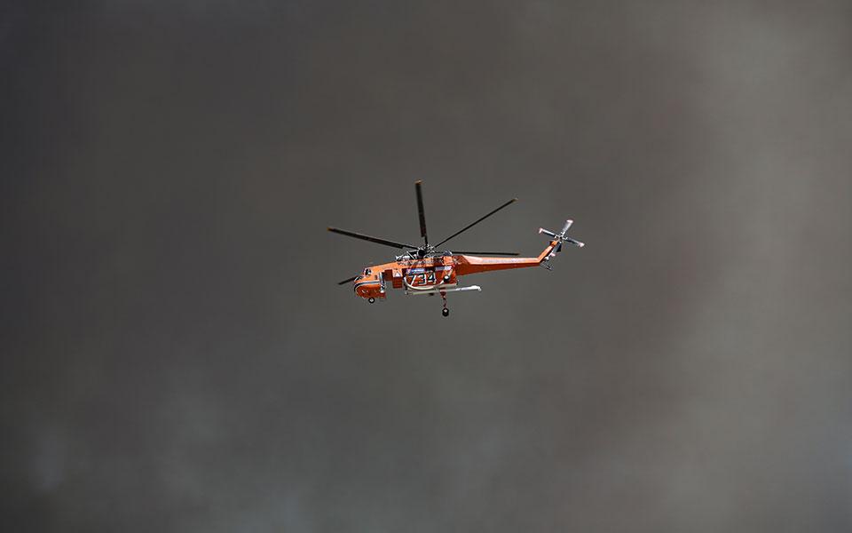 В тушении пожаров задействовали вертолеты.