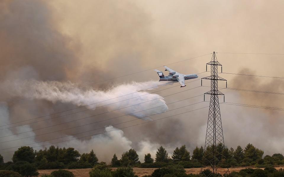К тушению пожаров привлекли самолеты.