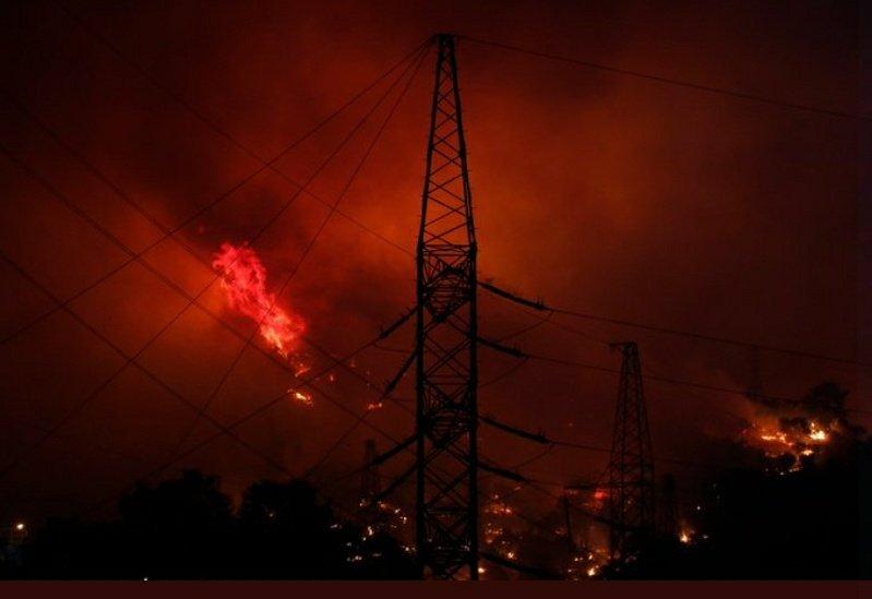 Лесной пожар добрался до ТЭЦ в Турции.