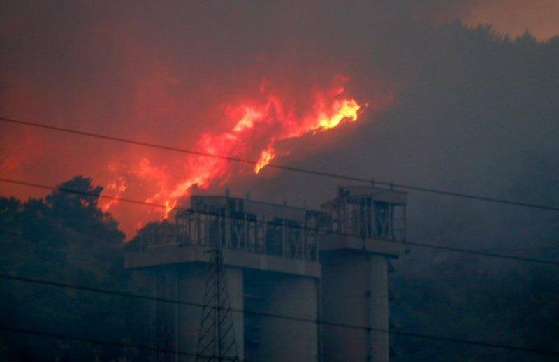 Огонь охватил ТЭЦ в Турции.