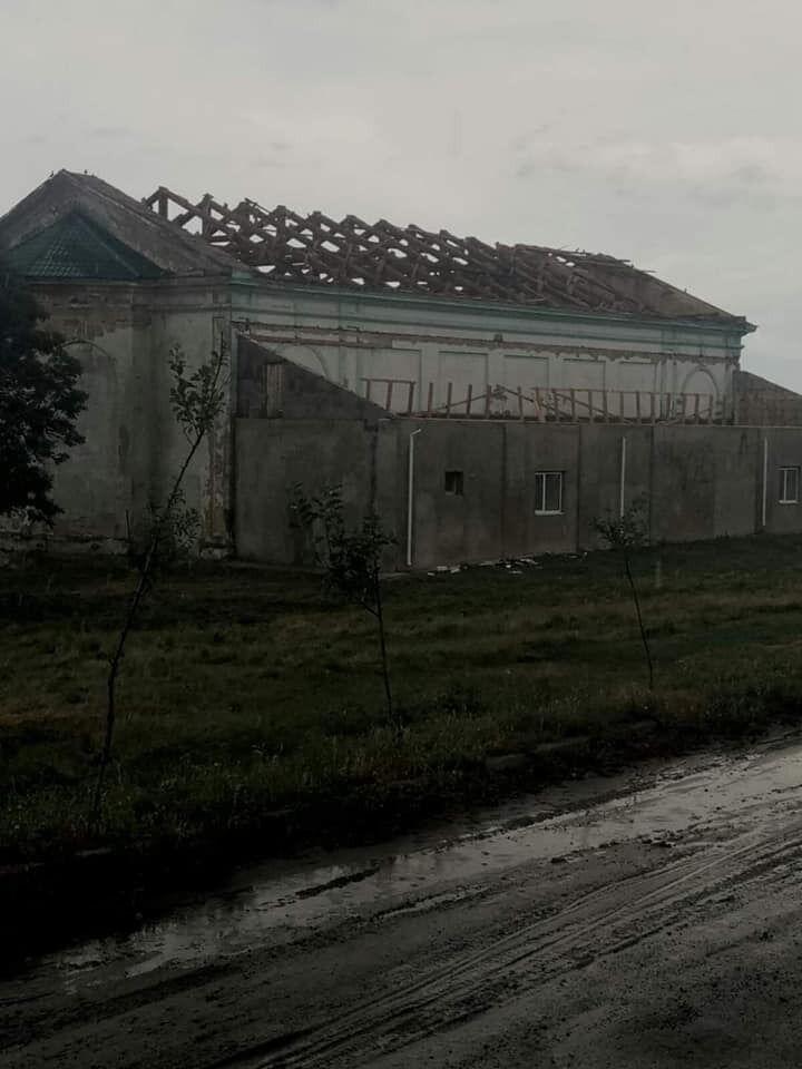 Ветер сорвал часть крыши.