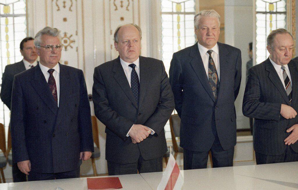 Леонід Кравчук, Станіслав Шушкевич і Борис Єльцин після підписання Договору про створення СНД, Біловезька пуща (Білорусь), 8 грудня 1991 року