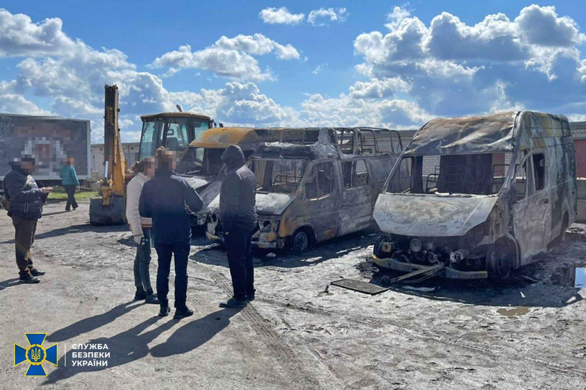 Машины, сожженные после отказа платить бандитам