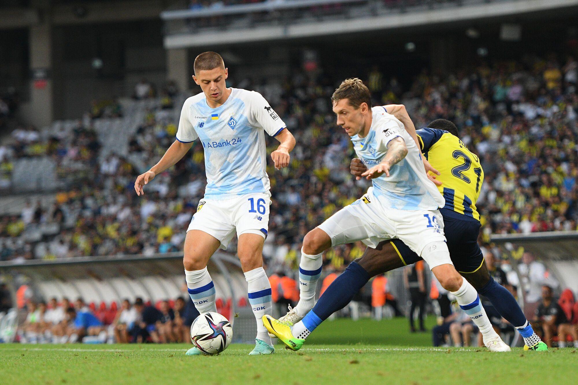 Гармаш и Миколенко ведут борьбу за мяч
