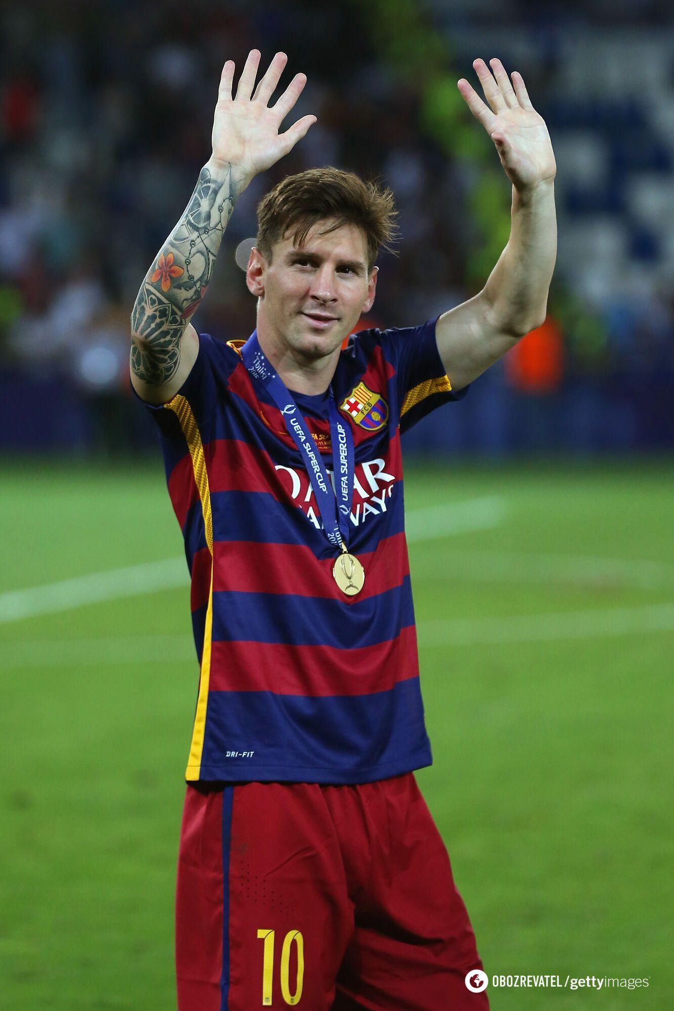 Месси с медалью за победу в Суперкубке УЕФА (2015 год)
