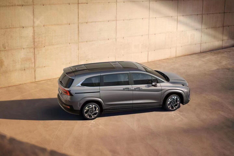 Доступ в просторный салон обеспечивают широкие сдвижные двери с обоих сторон машины. Величина дверного проема достигает 715 мм