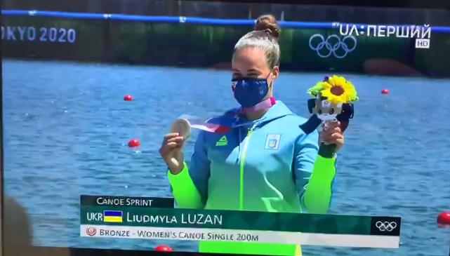 Людмила Лузан с медалью и цветами