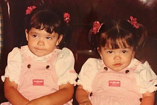 Сестри в дитинстві.