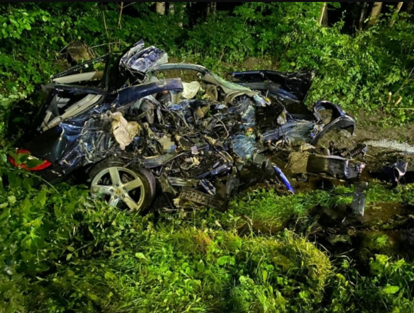 Porsche від удару перетворився на купу металу.