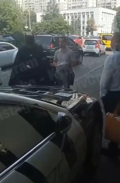 Политик сел в авто, чтобы снять костюм