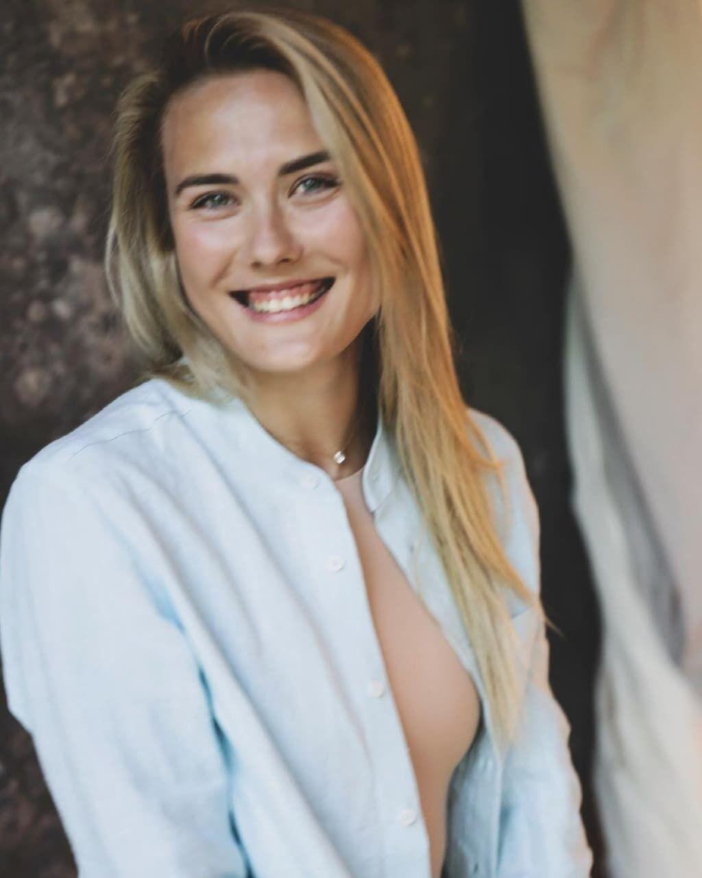 Виктория Ткачук улыбается в камеру