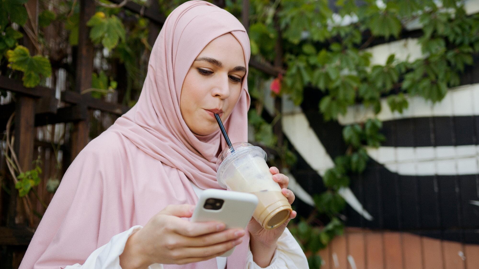 В арабському суспільстві жінці не дозволять стояти, якщо чоловік сидить