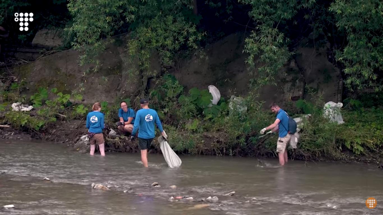 Прибирання сміття на річці
