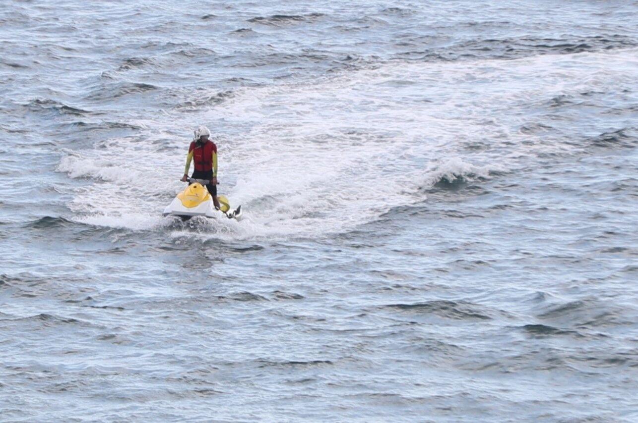 Рятувальник шукає у воді акулу біля пляжу Боскомб.