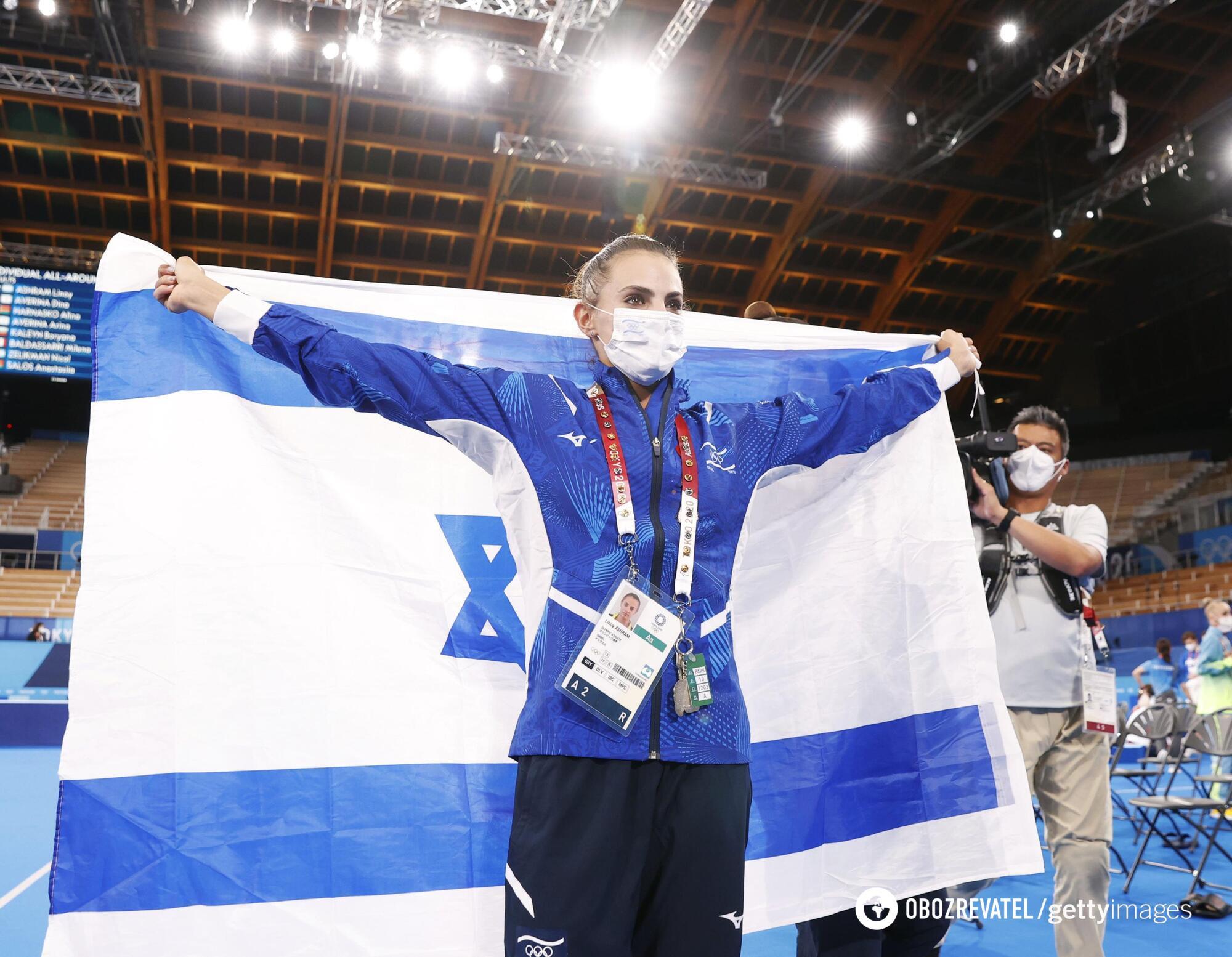 Линой Ашрам с флагом своей страны