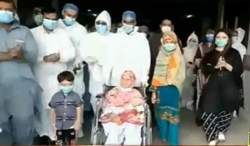 Врачи поздравляют 106-летнюю пакистанку с выздоровлением.