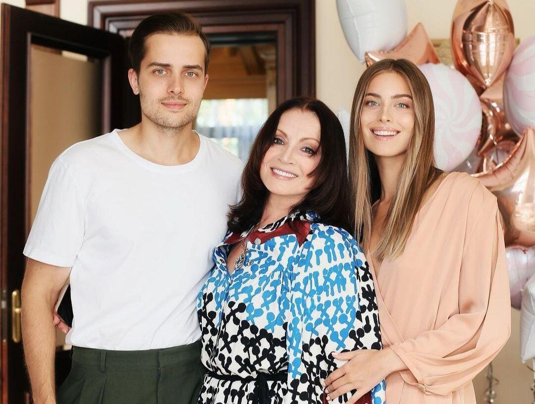 Соня Евдокименко с братом и бабушкой Софией Ротару