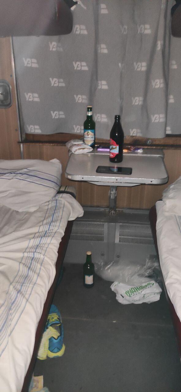 Мужчины пили пиво в поезде.