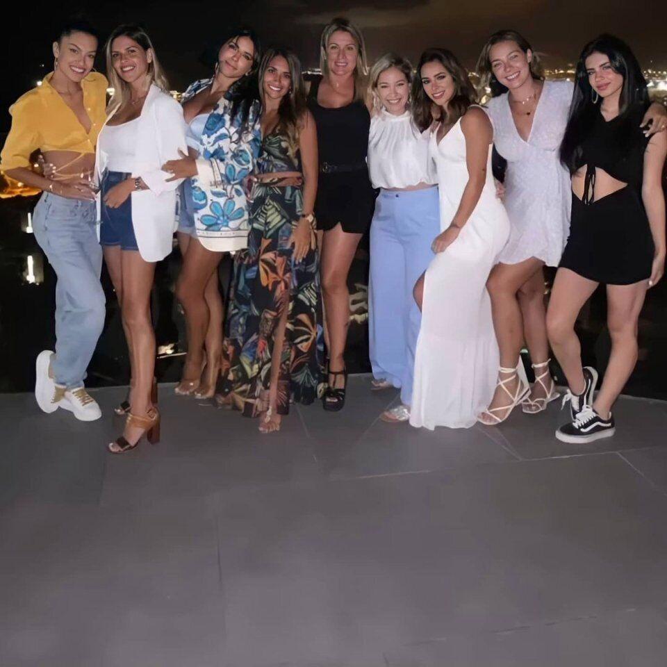 Бьянкарди в белом платье, а Антонелла Рокуццо стоит четвертой слева