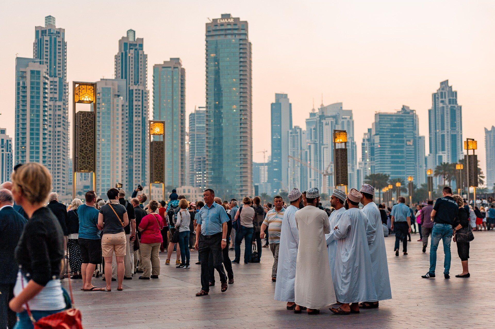 В ОАЭ очень много эмигрантов, в том числе, и граждан из Индии и Азии