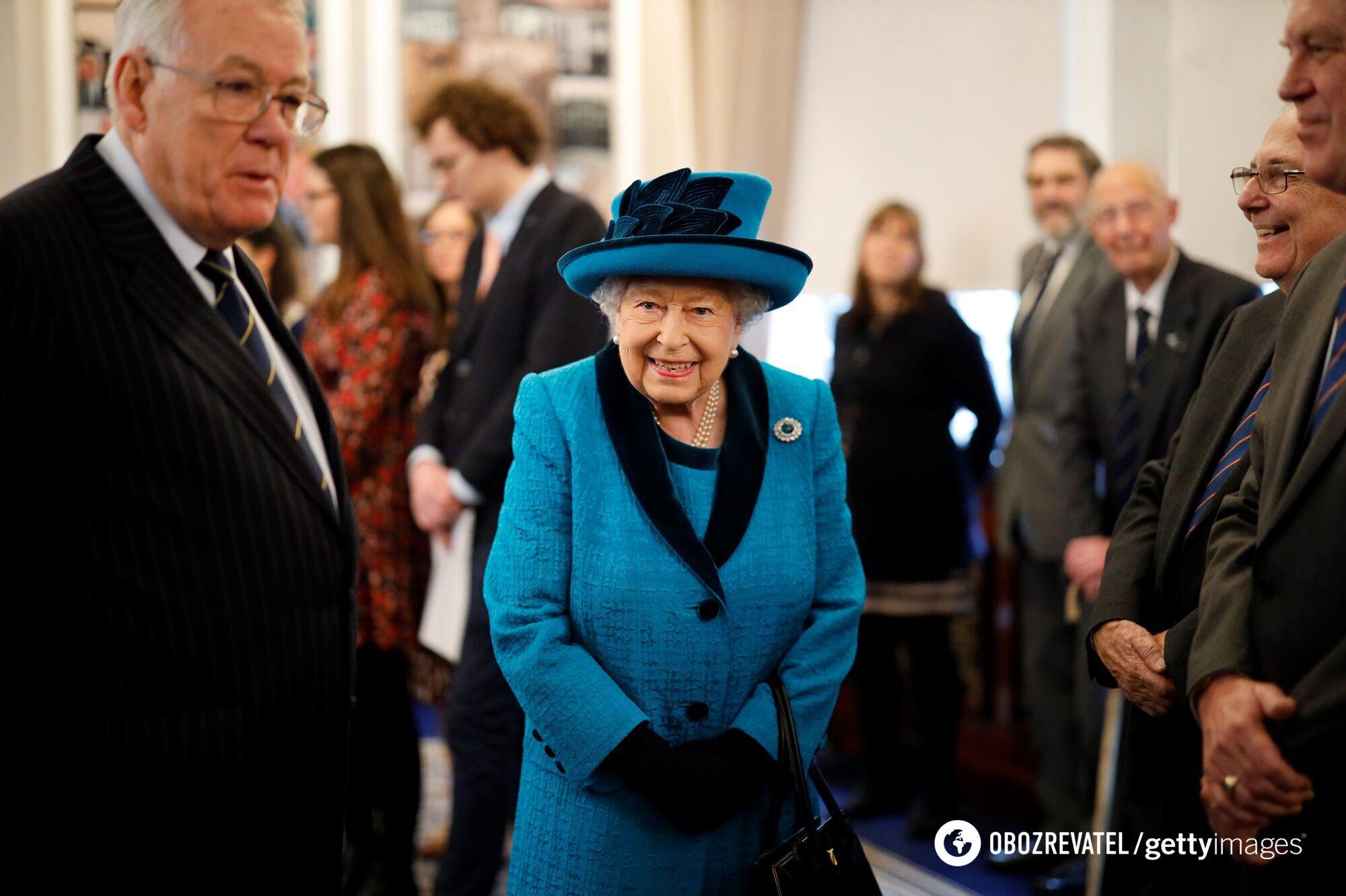 Елизавета II в синем наряде