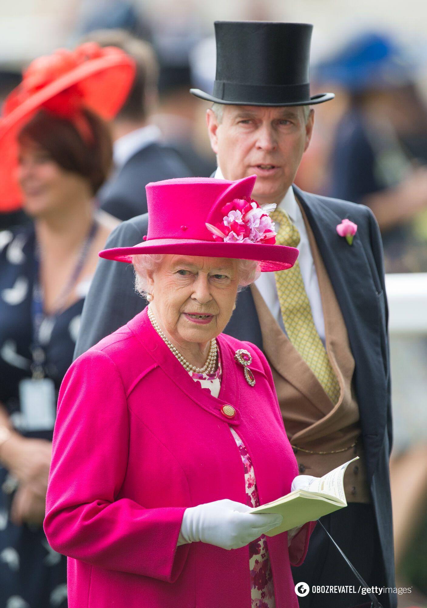 Елизавета II в ярко-розовом образе