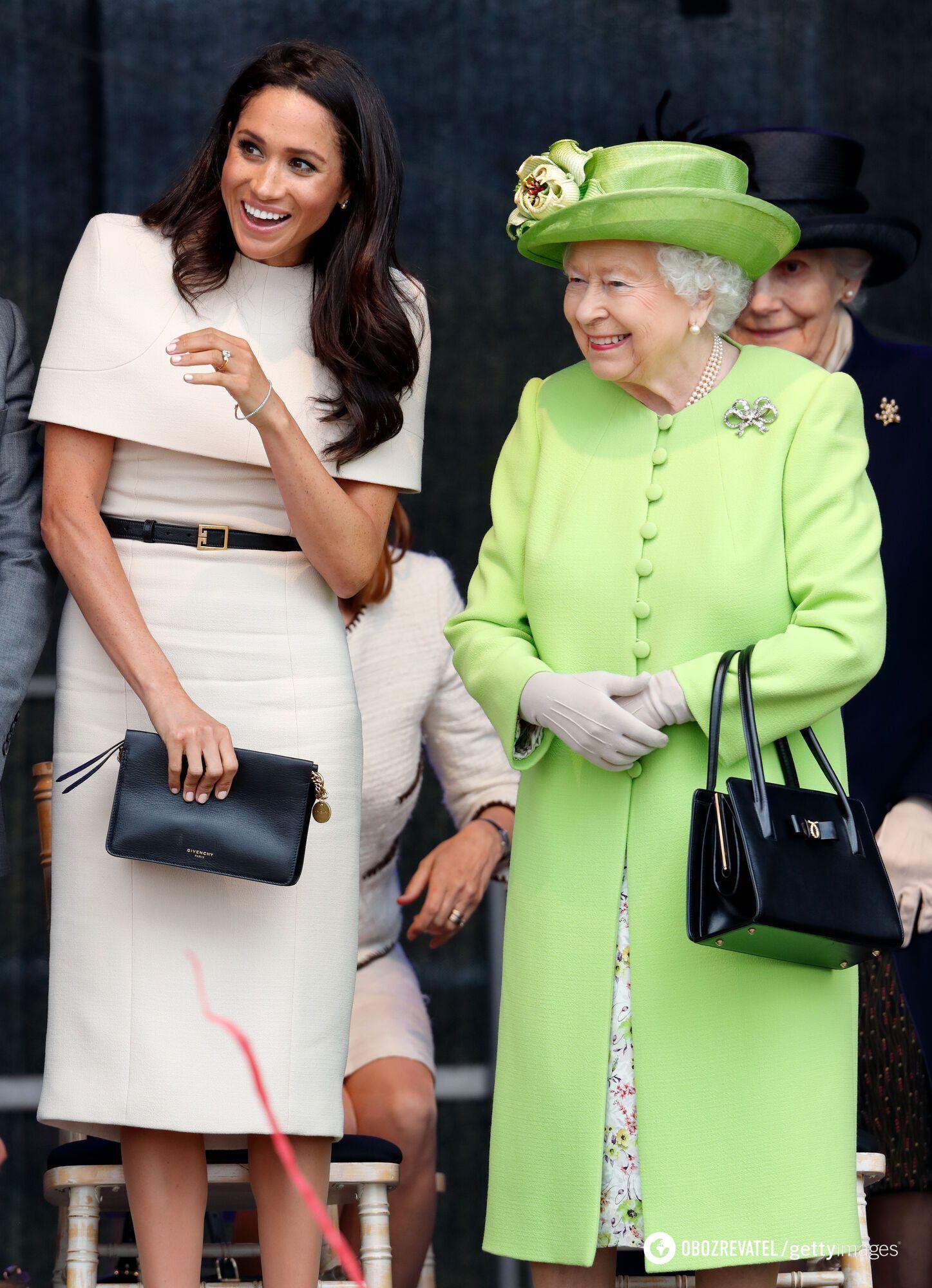 Елизавета II в зеленом луке