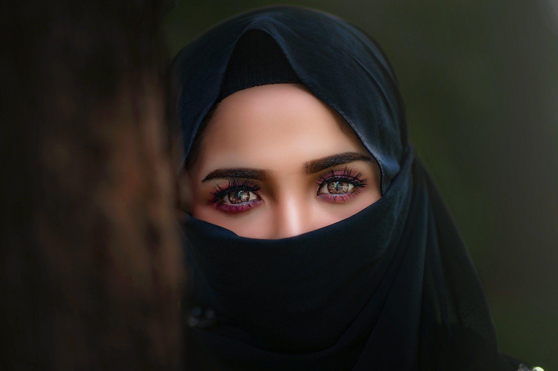 После прикосновения к руке женщины, арабскому мужчине придется помыться