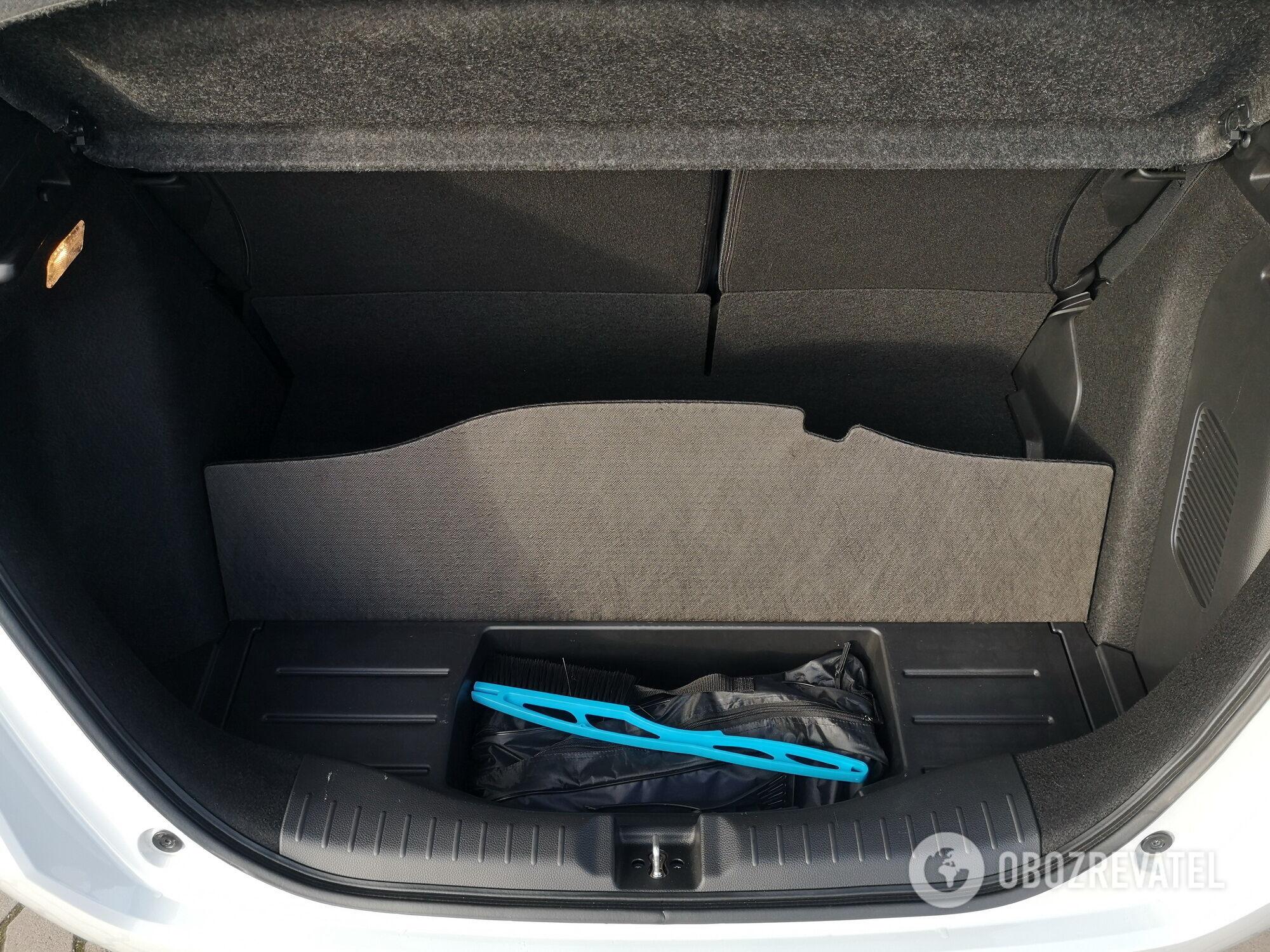 Под полом багажника есть отделение для инструментов