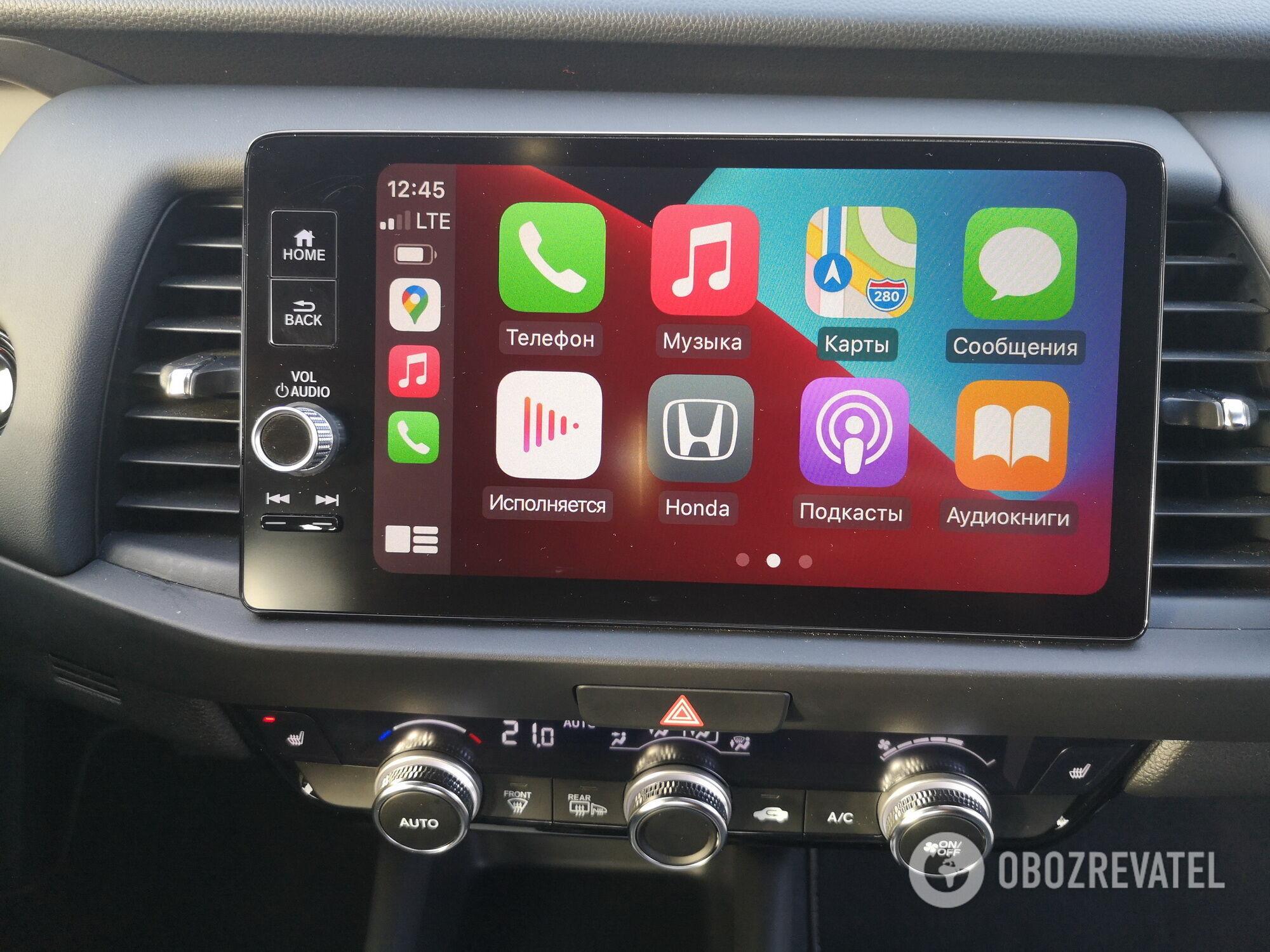 Центральная часть панели отведена 9-дюймовому экрану инфо-развлекательной системы с поддержкой Android Auto и Apple CarPlay