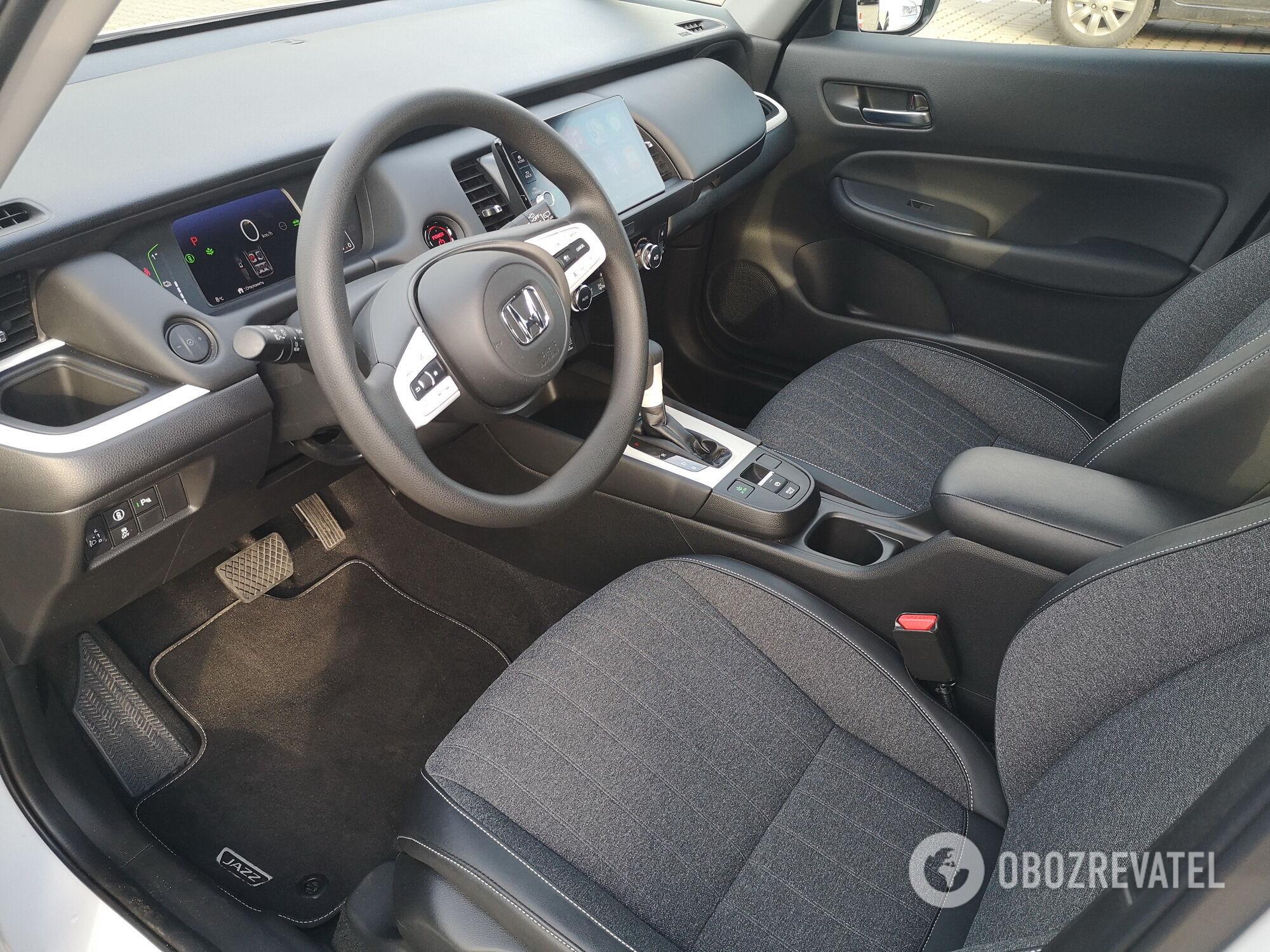 Регулировок сидения и рулевой колонки вполне достаточно, чтобы комфортно расположиться на водительском месте