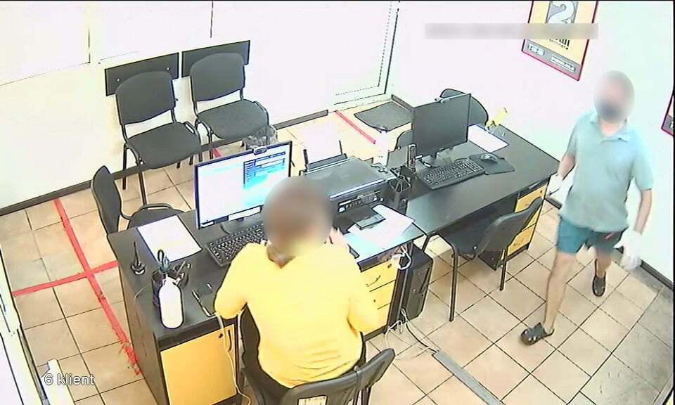 Чоловік в масці і з ножем увірвався в кредитну організацію.