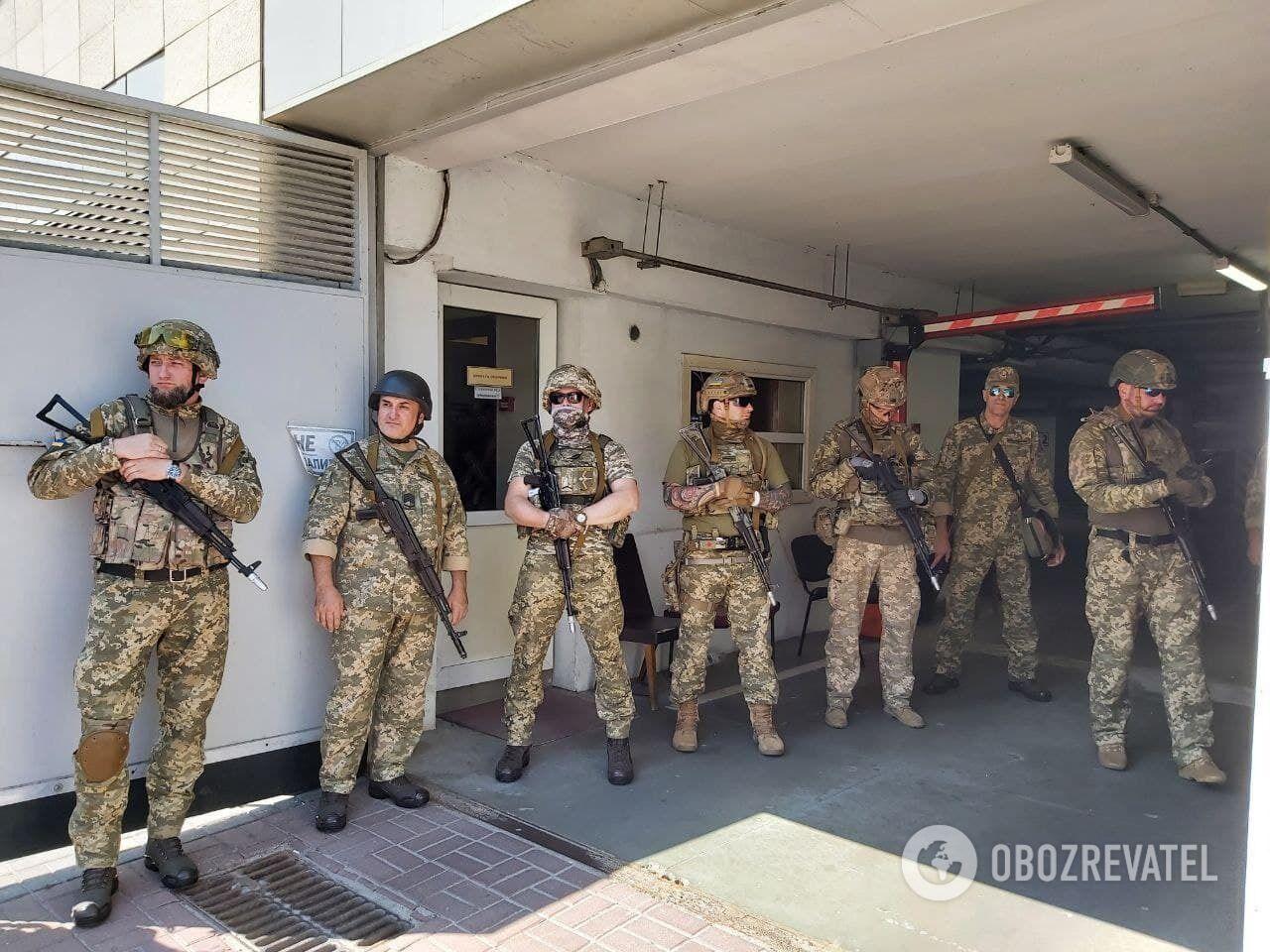 Військові охороняють будівлю РДА.