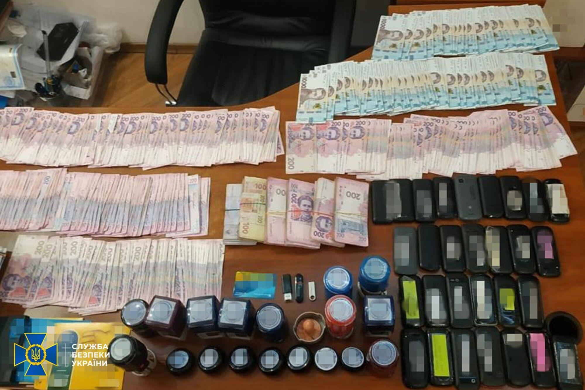 Сотрудники СБУ провели ряд обысков в офисах и домах организаторов схемы и изъяли документы, компьютерную технику и деньги.