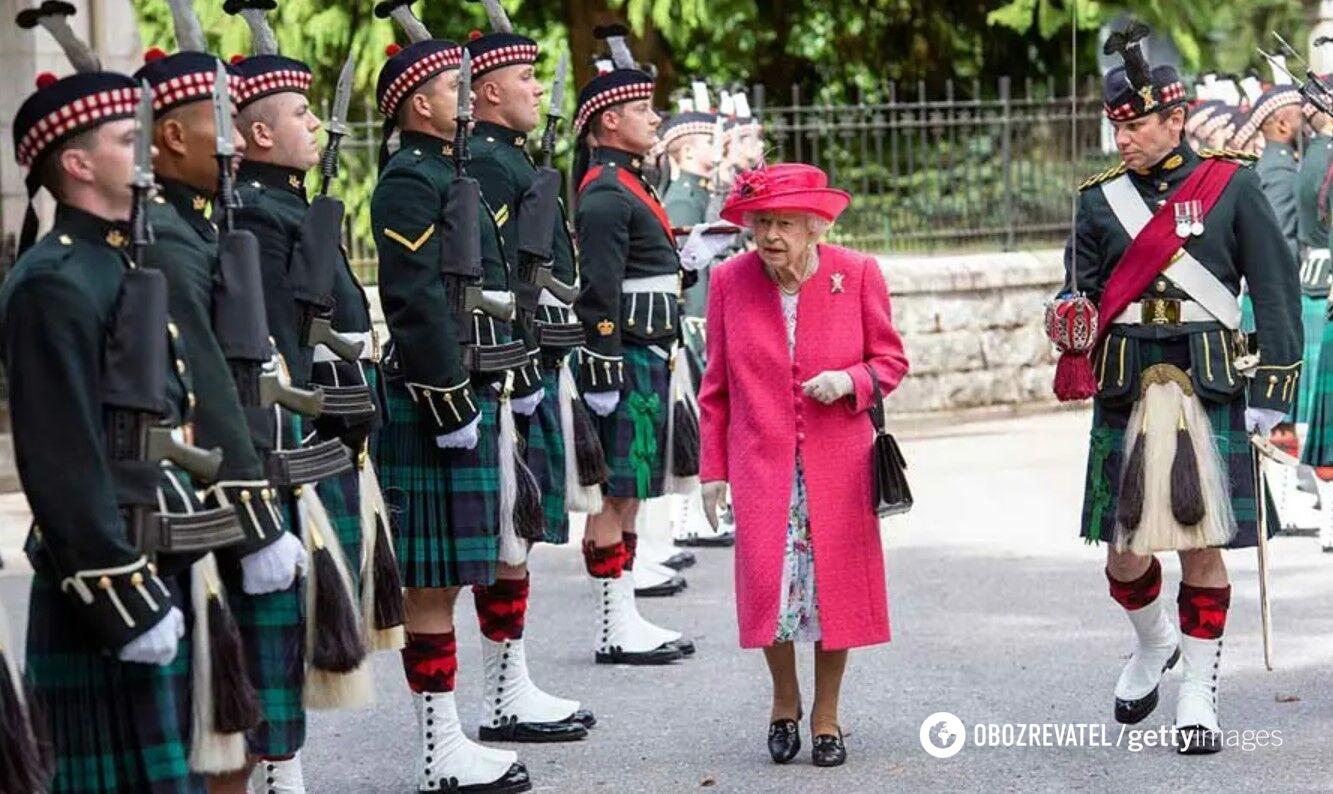 Єлизавета II на офіційній церемонії.