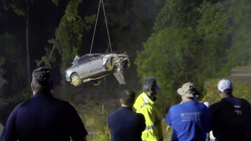 Машины доставали спасатели.