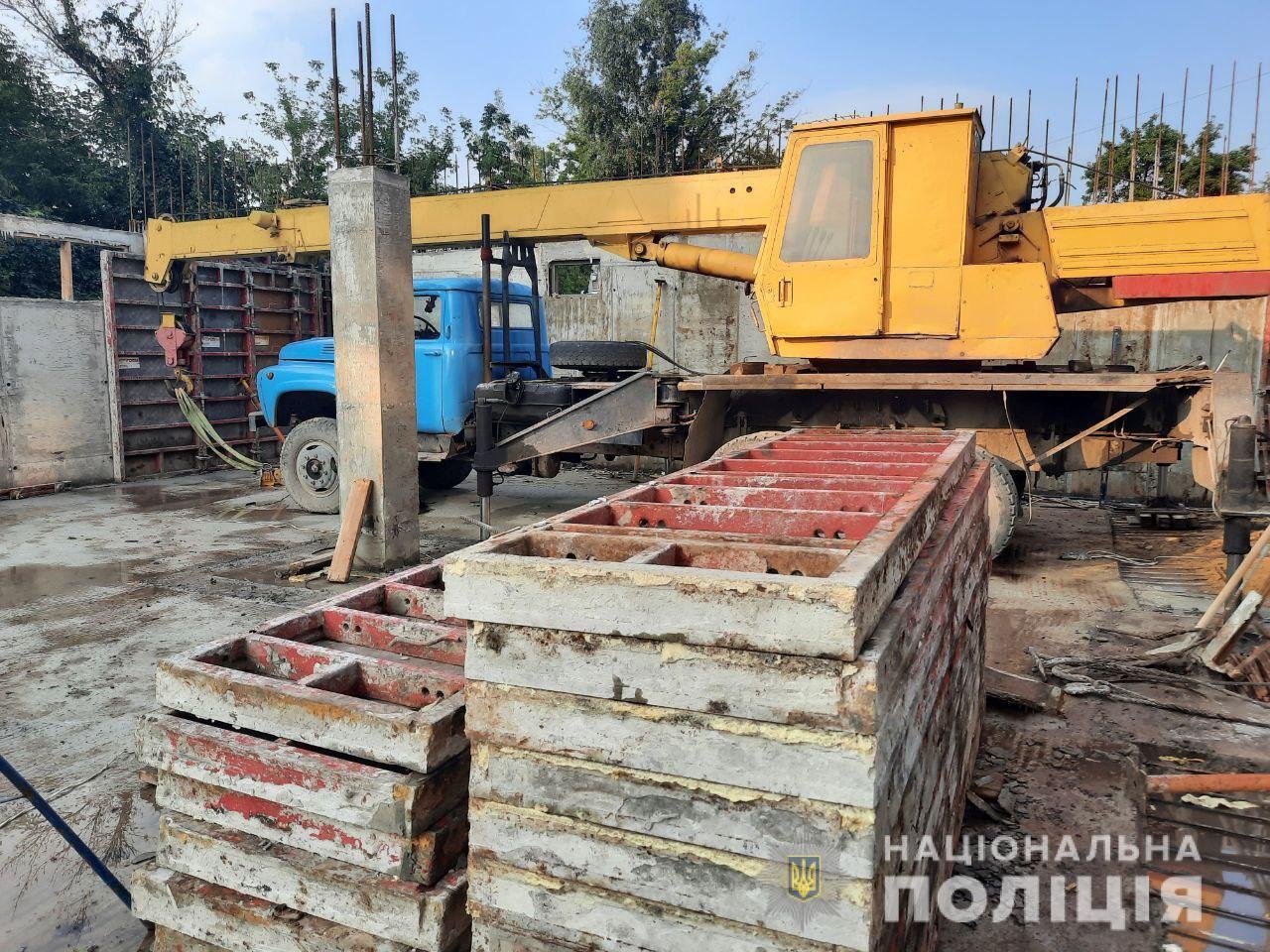 На робітника впала металева конструкція